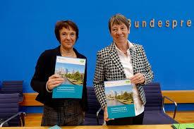 Bundesumweltministerin Dr. Barbara Hendricks (rechts) und Maria Krautzberger, Präsidentin des Umweltbundesamtes, stellten die Umweltbewusstseinsstudie vor. (Bild: BMUB/Inga Wagner)